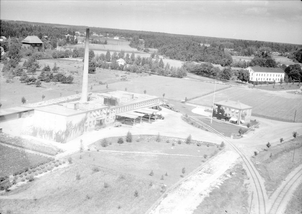 Flygfoto över Mjölkcentralen i Enköping, Uppland 1947