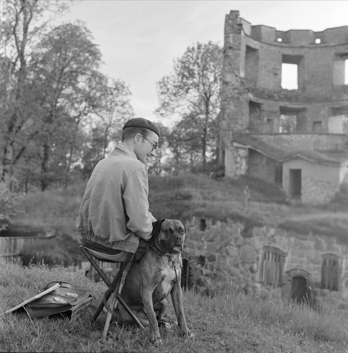 En man med sin hund vid Mörby slottsruiner i Mörby, Fasterna socken, Uppland 1960