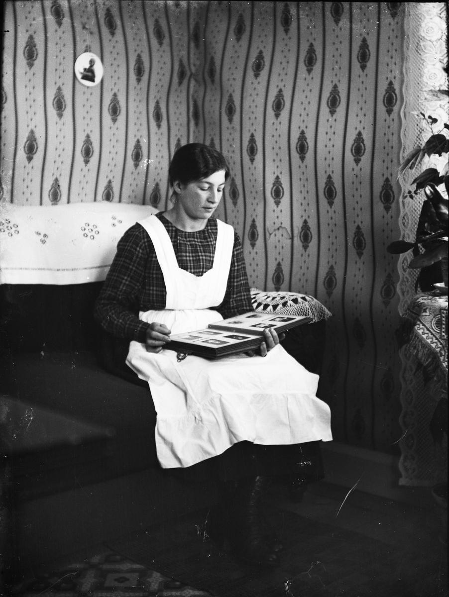 Kvinna med fotoalbum, Uppland