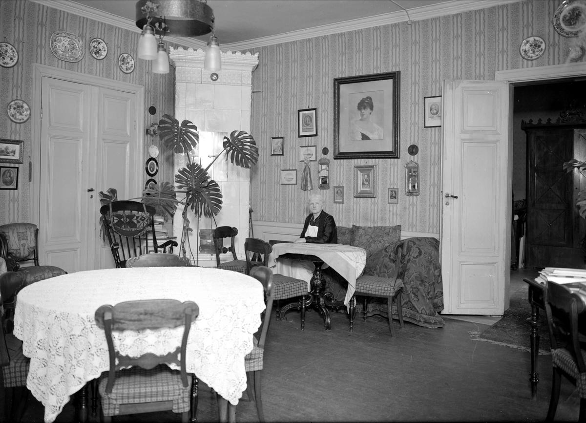 Åldrig kvinna i sin bostad, sannolikt Uppsala, 1942