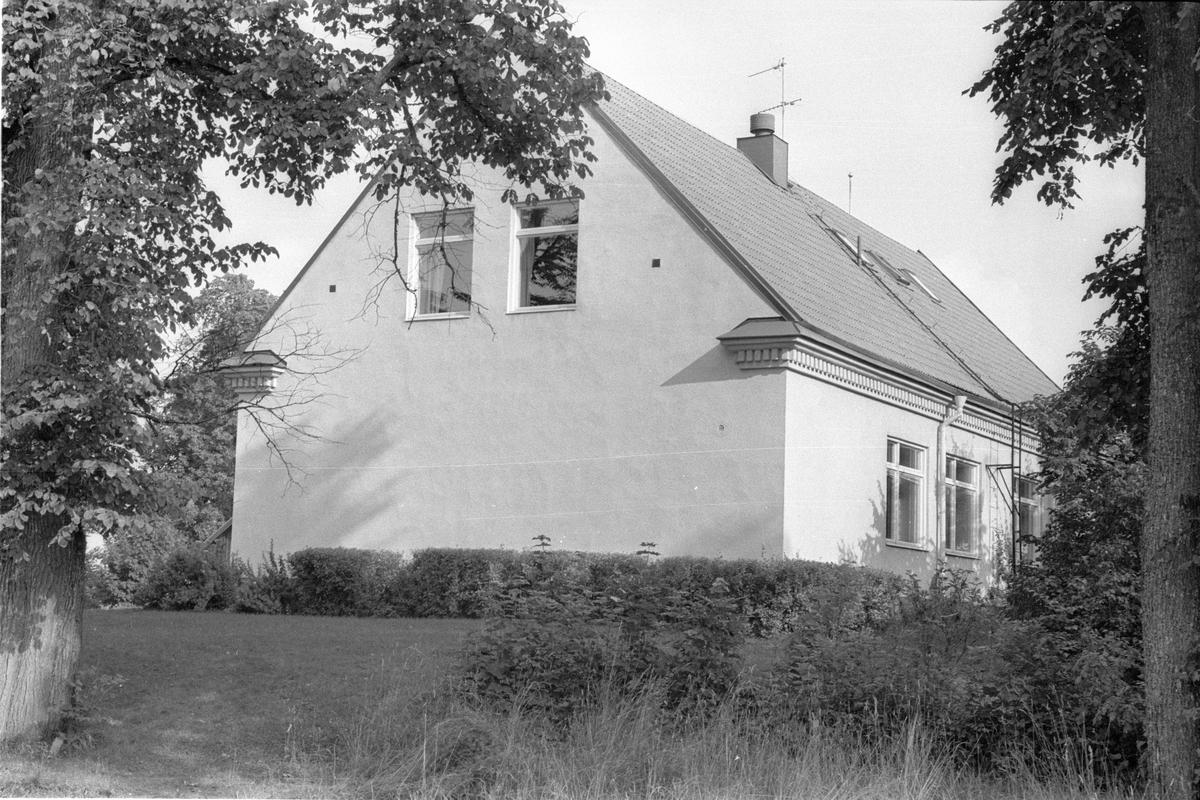 Vy från sydväst över skolbyggnad, Vattholma 1:1, Vattholma, Lena socken, Uppland 1978