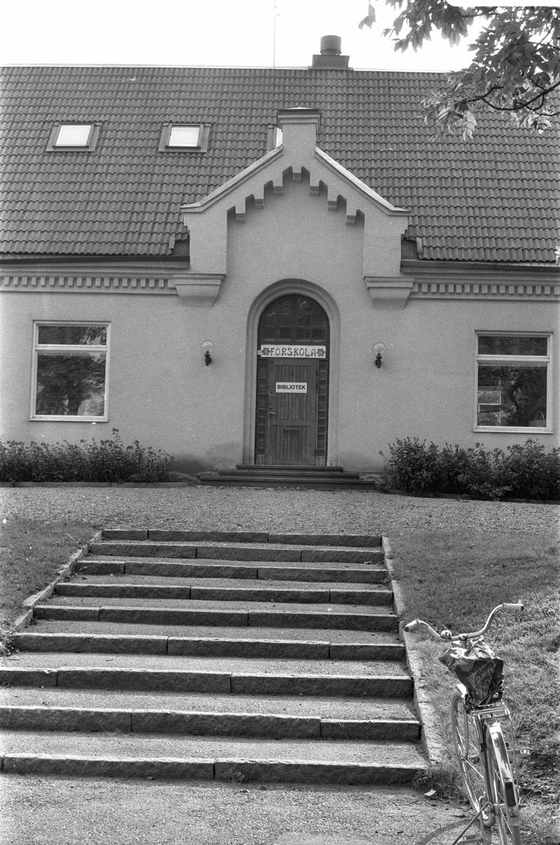 Vy från norr över skolbyggnad, Vattholma 1:1, Vattholma, Lena socken, Uppland 1978
