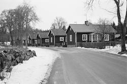 Bruksgatan med f d smedsbostäder norr om bruket, Hillebola b