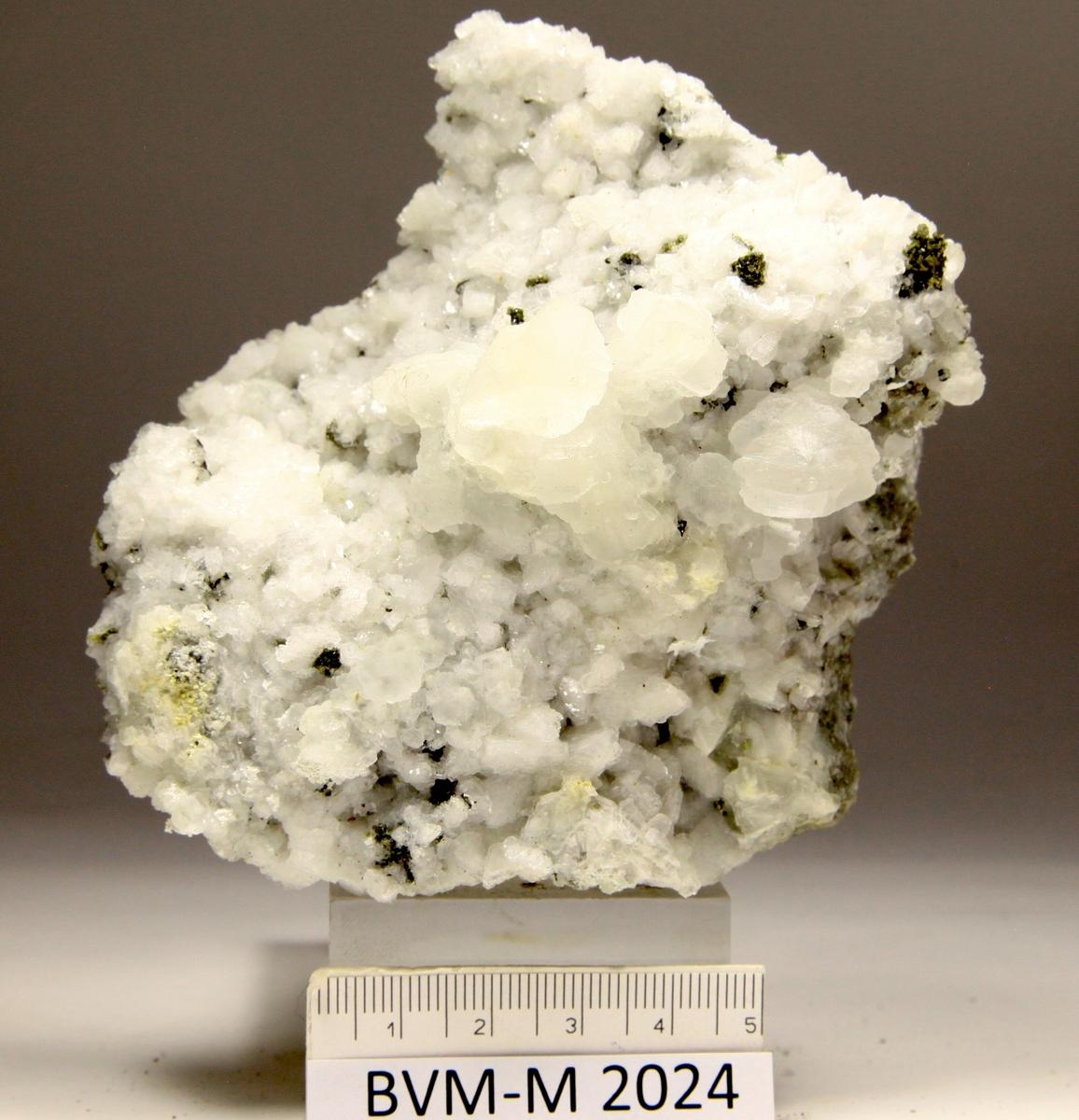 Bunter av mikro-titanittkrystaller på små ilmenittkrystaller.