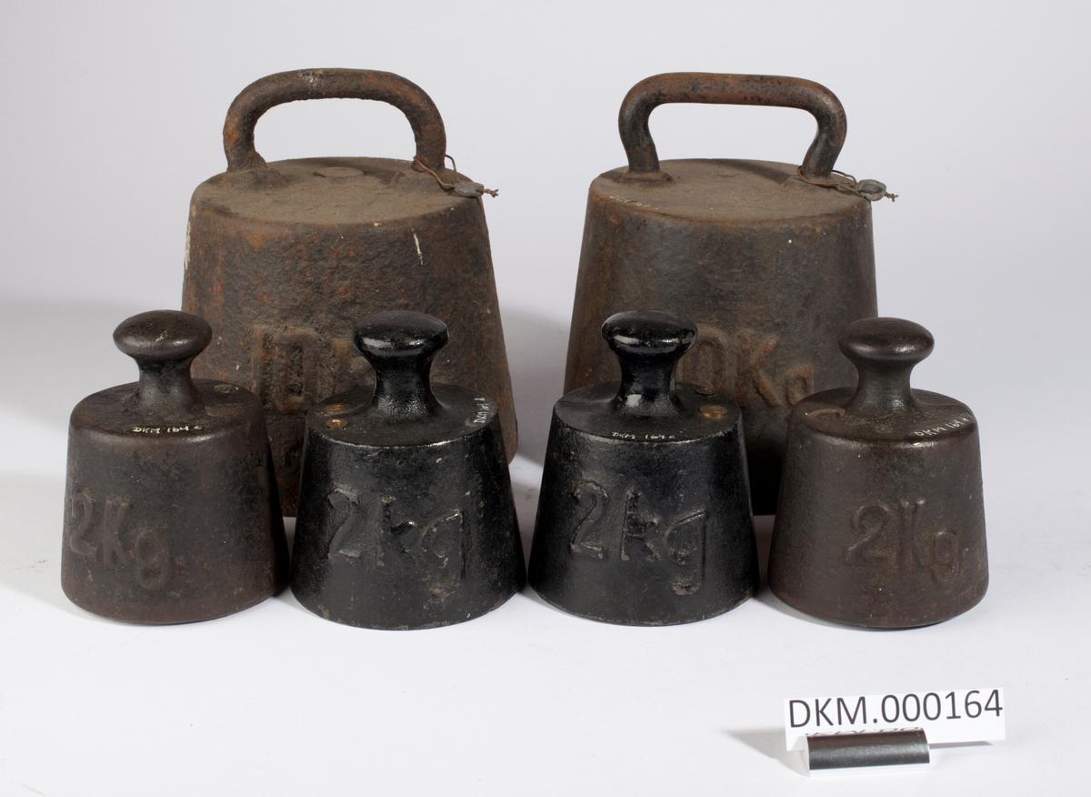 Seks lodd formet som skrå sylindere. Kontrollstempler i loddene.