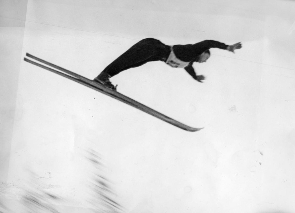 Petter Hugsted i Hannibalbakken i 1946. Petter Hugsted at the  Hannibalbakken jumping hill in 1946.