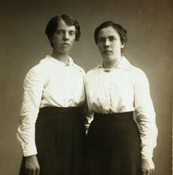 Portrett av søstrene Berthe og Kathrine Smedsland, Grindheim.