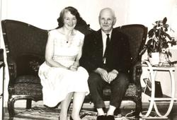 Ekteparet Asborg og Torgny Leland i sofaen. Grindheim.