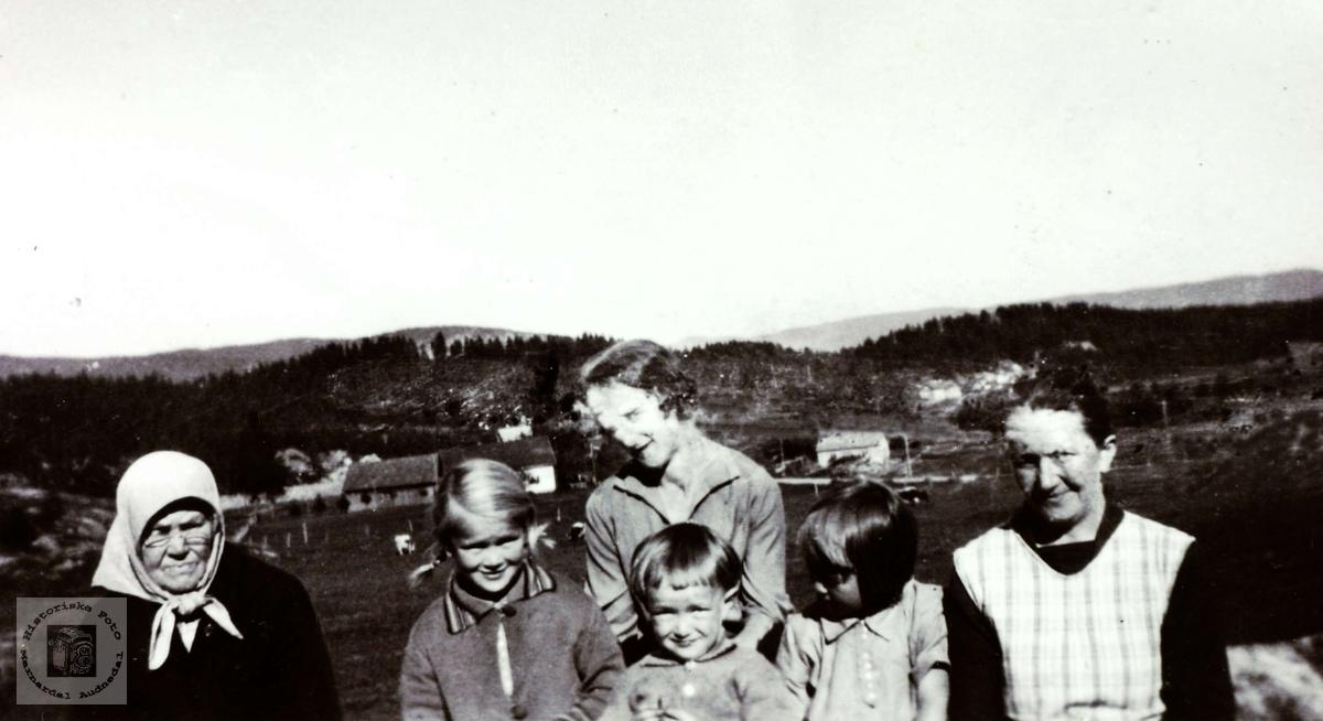 Barneflokk sammen med bestemor, barnejente og mor.