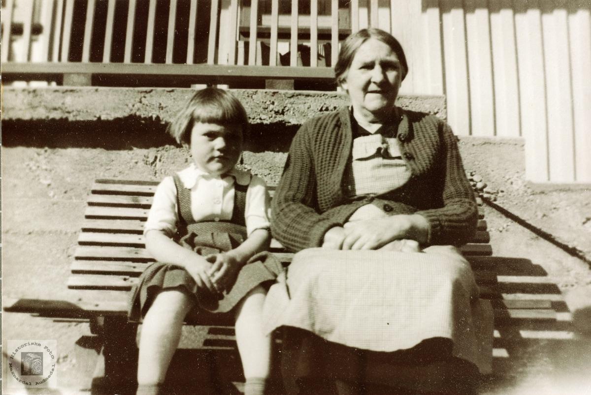 Veslejenta og bestemor koser seg på trappa et sted i Grindheim senere Audnedal.