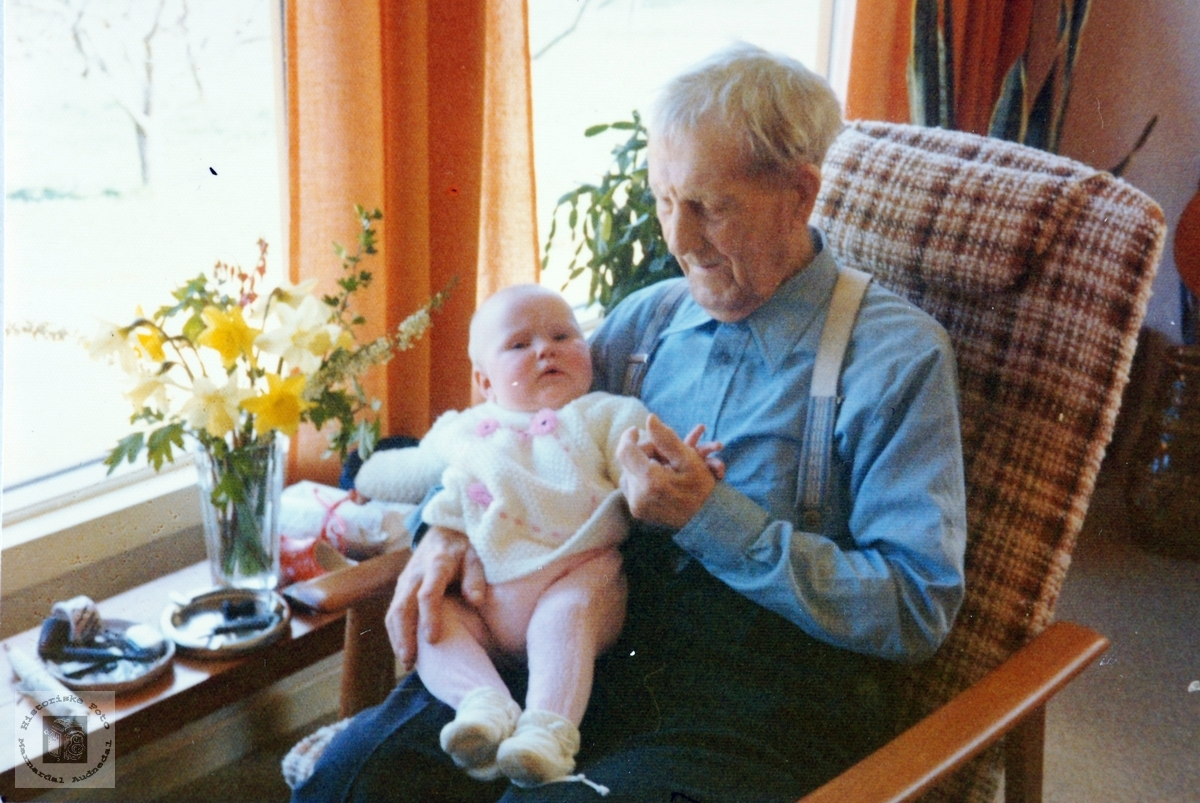 Heidi Handeland på fanget til oldefar Olav Vormelid på hans 89 årsdag på Smedsland i Audnedal.