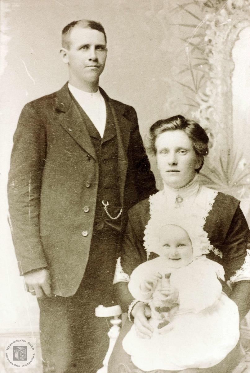 Familiebilde Werdal med den førstefødte, Tomine på ca 1 år. Grindheim Audnedal.