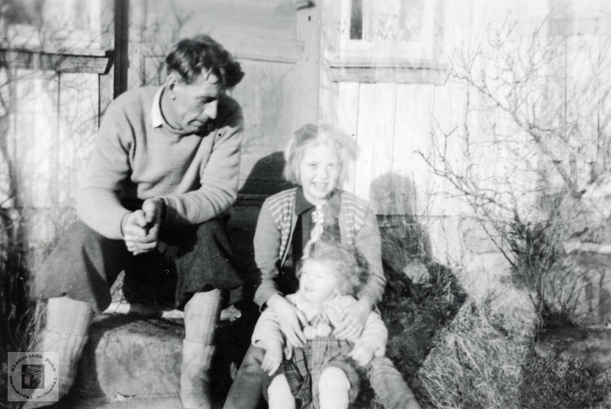 Ole Andreas Solberg med onkelbarn på Seland. Grindheim Audnedal.