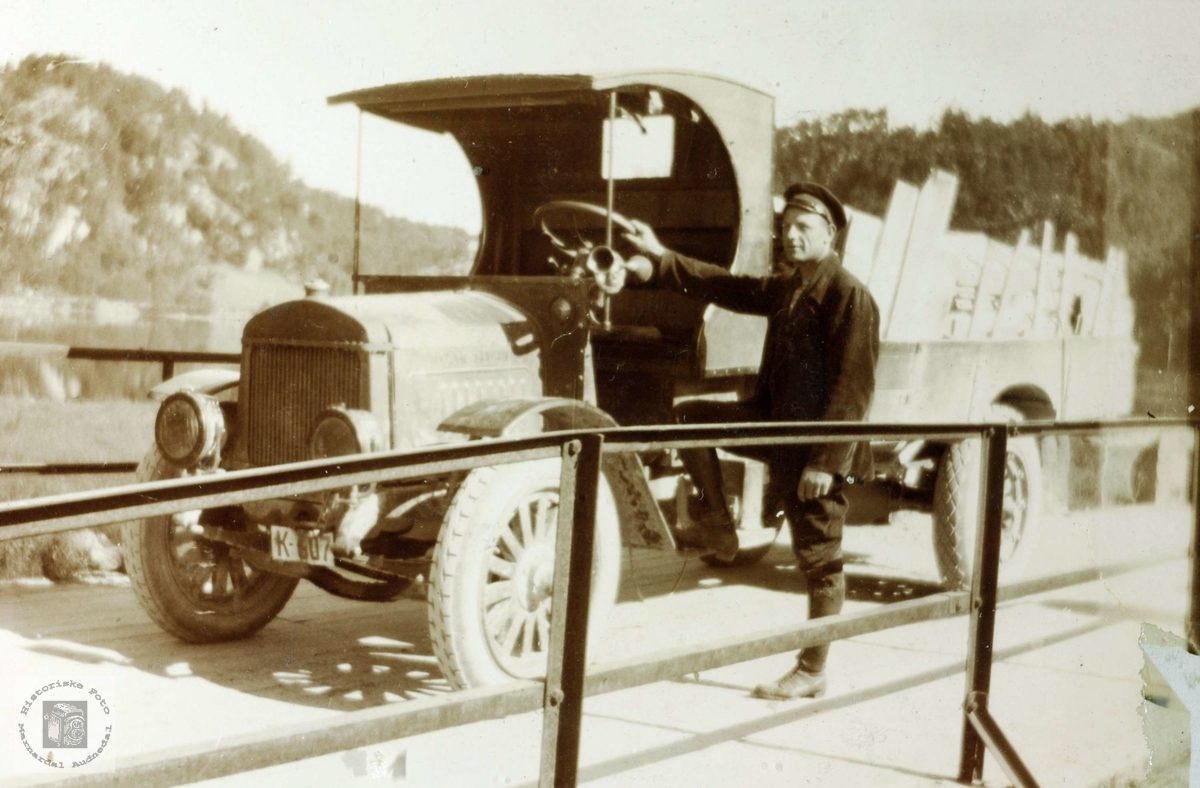 Portrett av Torleif Øydna med lastebilen.