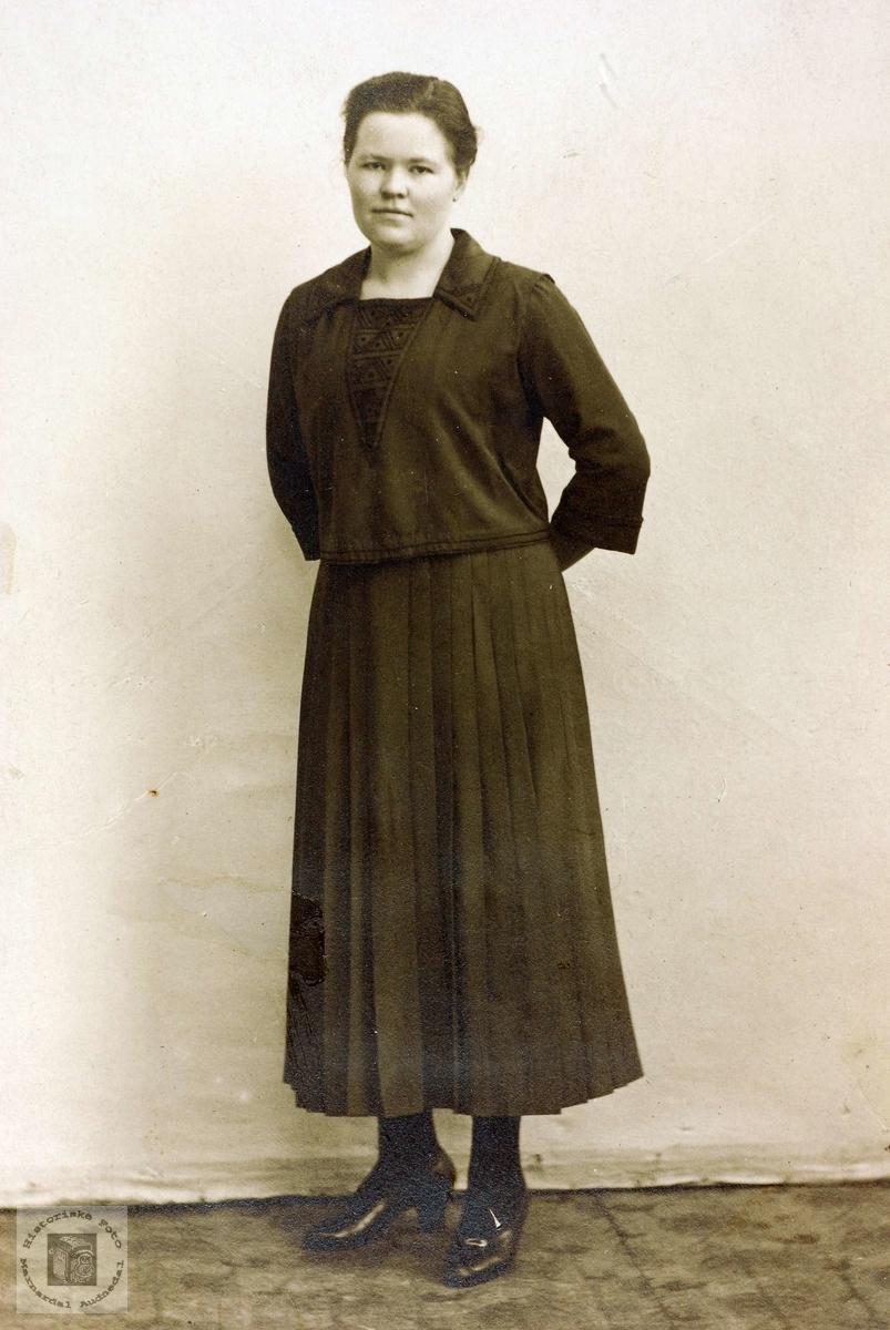 Portrett av dame. Trolig fra Grindheim.
