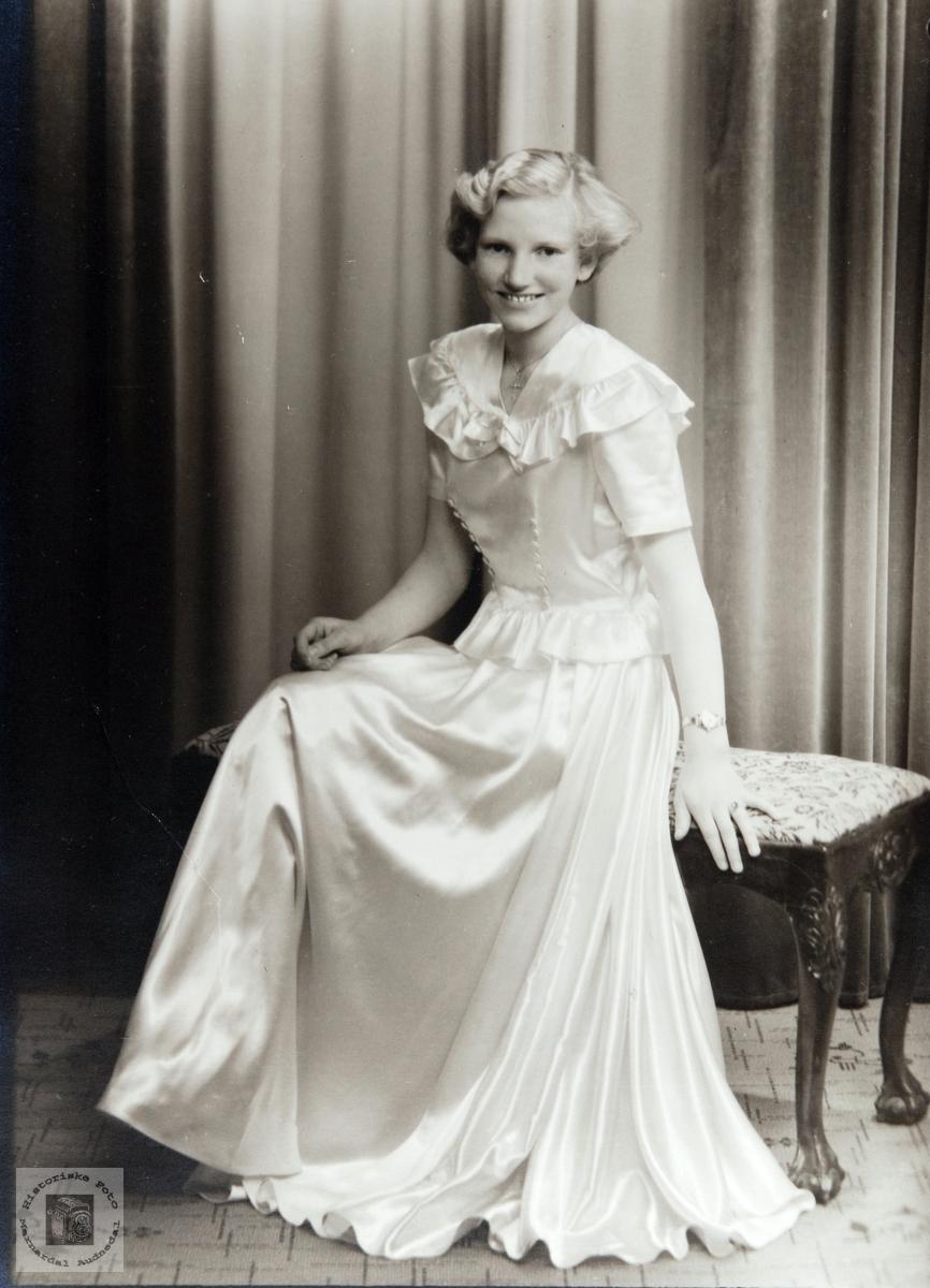 Portrett av konfirmant Klara Nordstrøm. Audnedal.