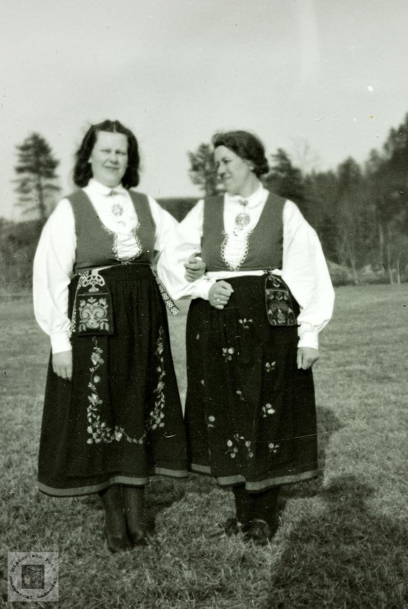Bunadkledde søstre. Grindheim.
