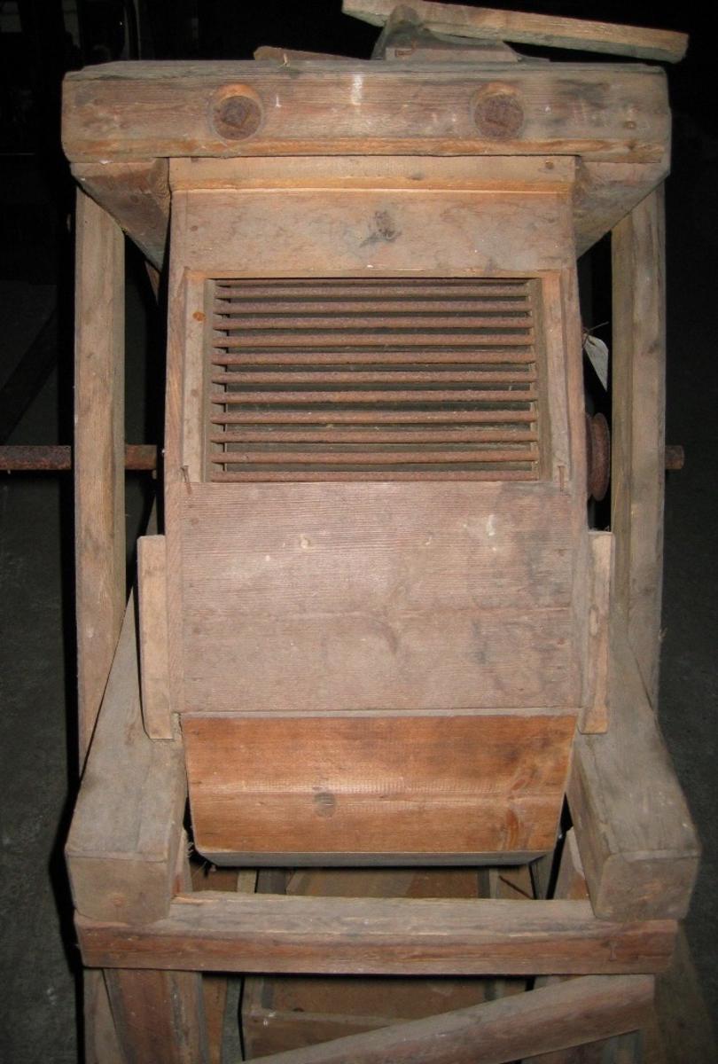 Prototype til STOKLAND. Skjærebord for å prøva ut prinsippet til slagbru og slager (utrøsjingsprinsippet)