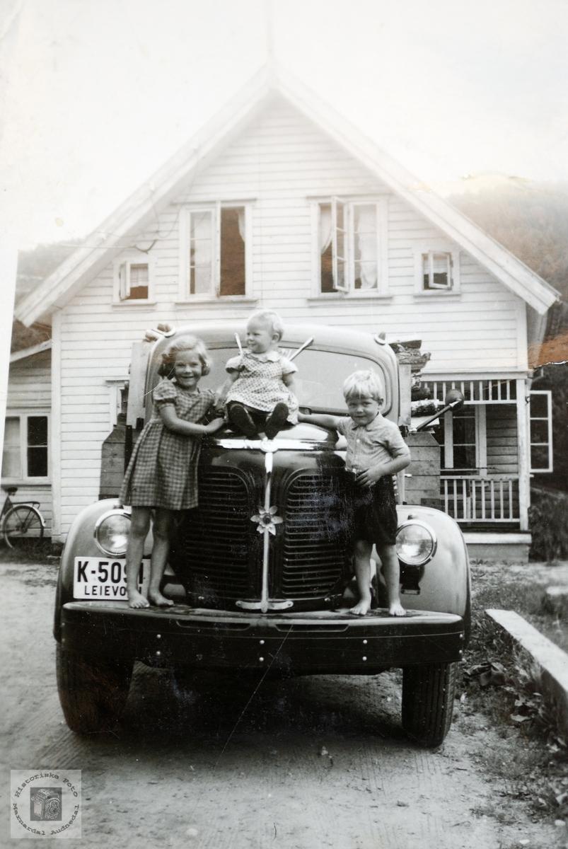 Barndomsbilde av Strisland barna på Helle. Konsmo.