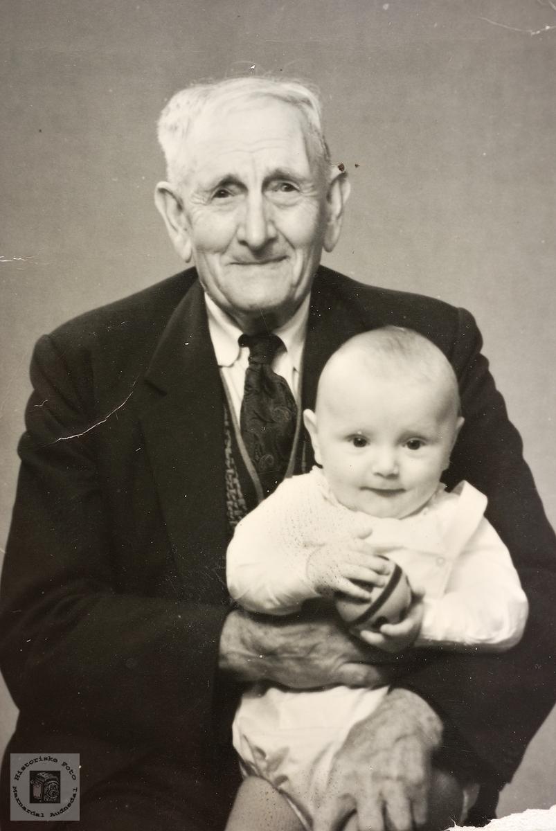 Bestefar Tobias Ågedal med barnebarn. Grindheim.