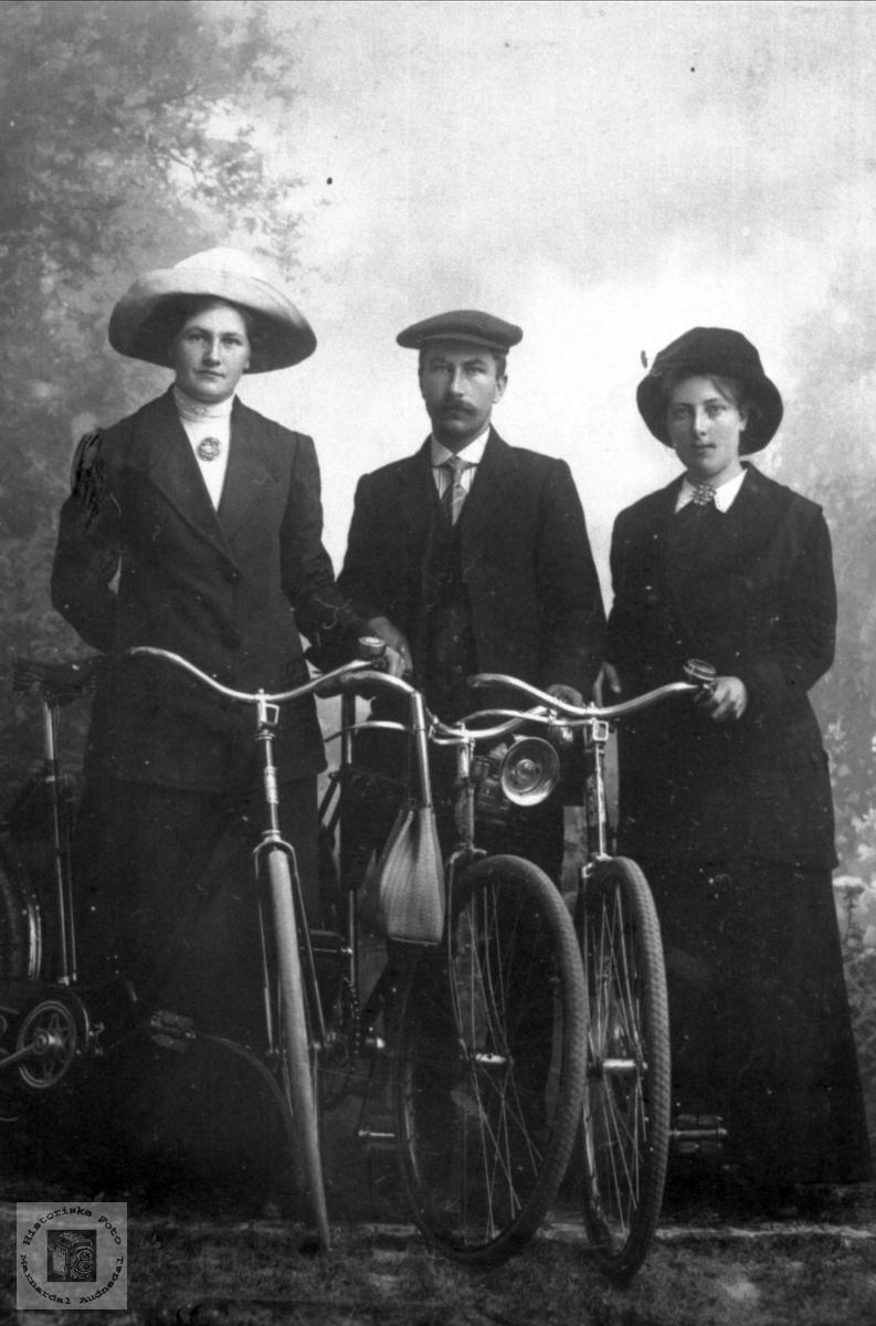 Portrett av ukjent ungdom på sykkeltur.