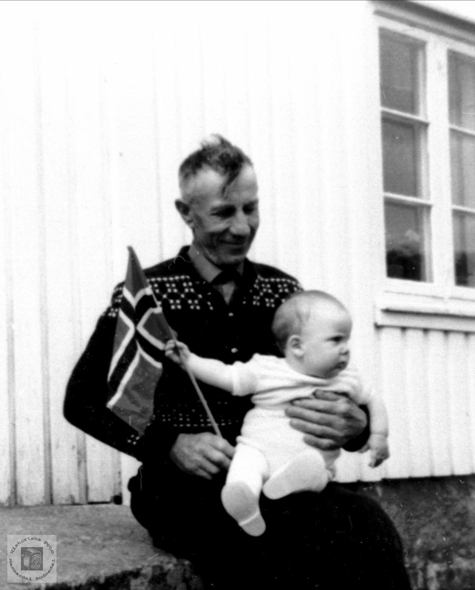 Portrett av John Ågedal med barnebarn nr 1.