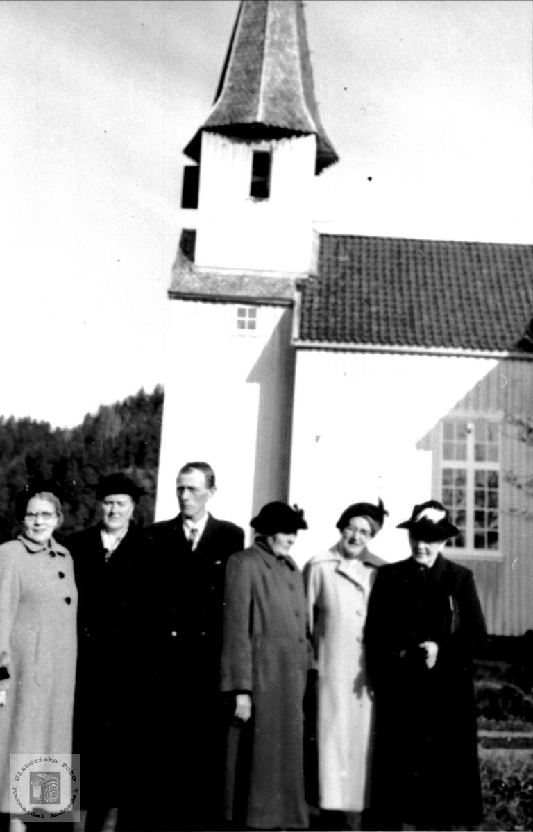 Ved Laudalkyrkje. Folk frå Hustufta, Fjellestad, Laudal.