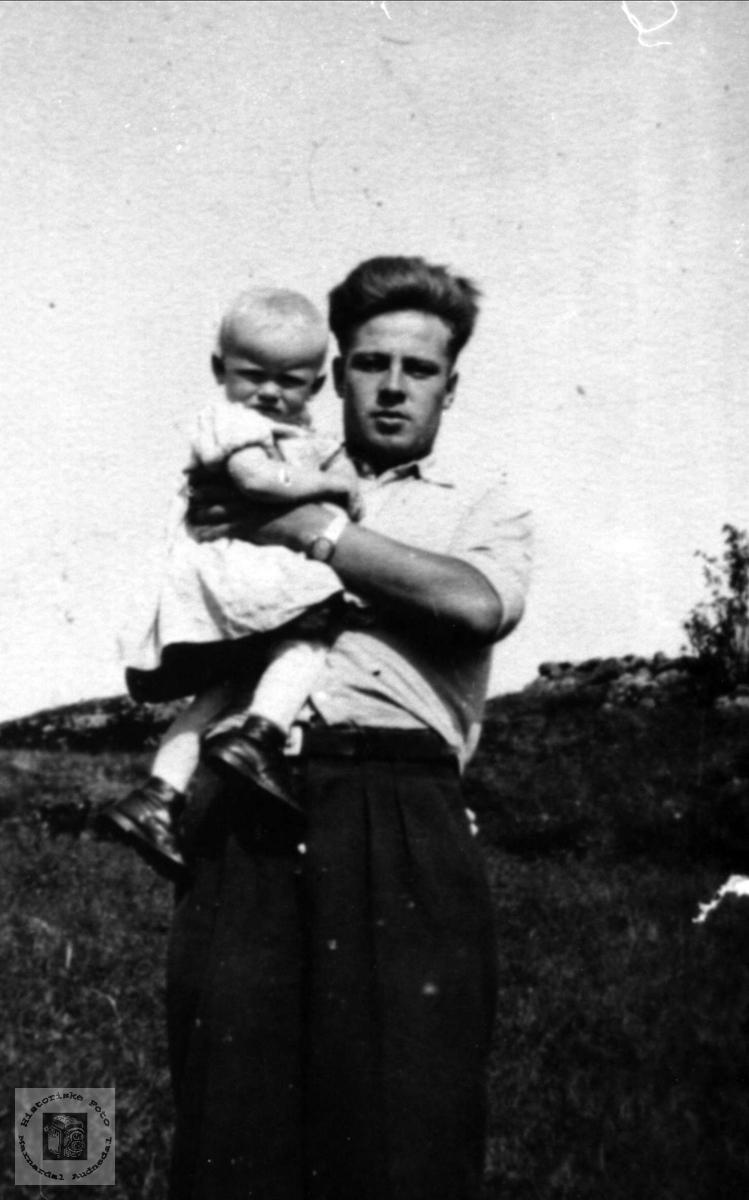 På armen.Signe Birkeland og onkel Trygve.