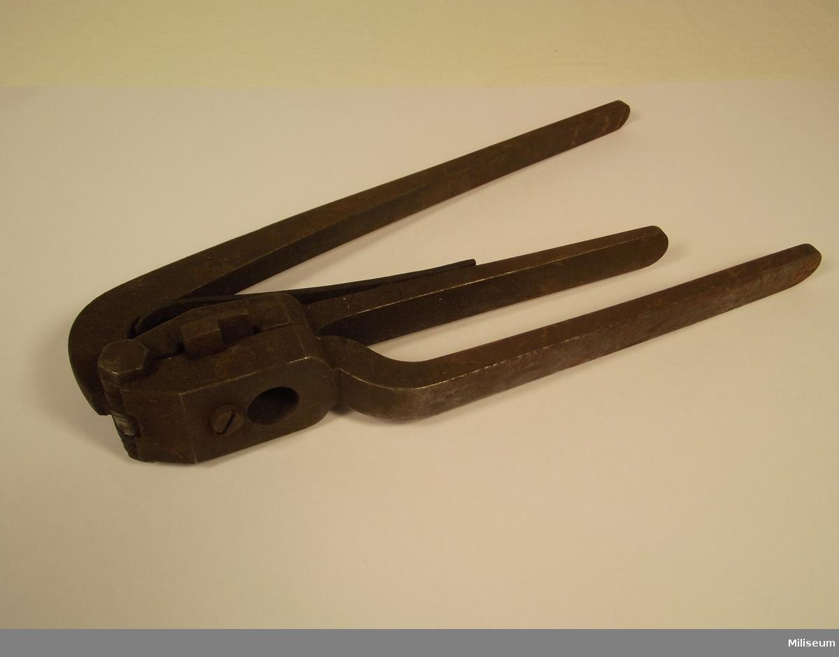 Tändhattsutdragare (fredstygmateriel) för centralantändna 12,17 mm patronhylsor till remingtongevär.