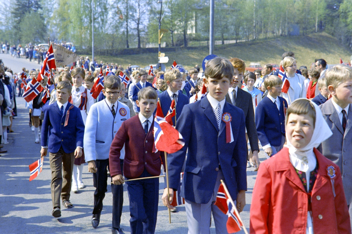 17. Mai. Brumunddal. 1970. Barnetoget. Nordåsvegen.