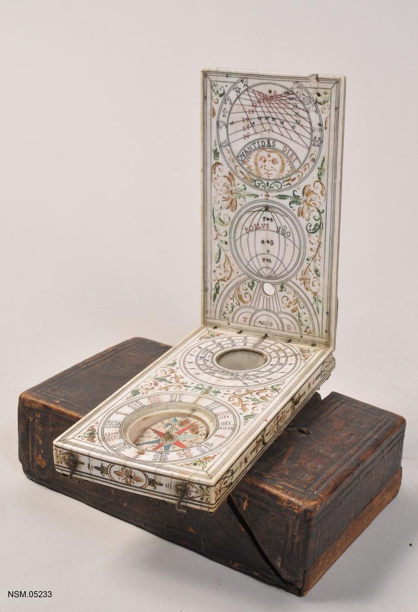 Kompass,  2 stykker  i  bendåse med lokk. Lokket festet med hengsler.