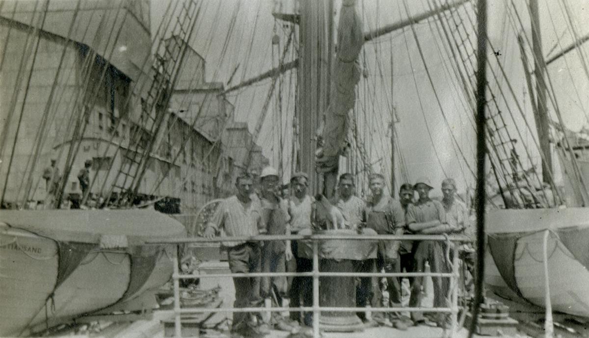 Mannskap ombord i Stålbark 'Skomvær'(b. 1892, Laxevaags Maskin - & Jernskibsbyggeri, Bergen).
