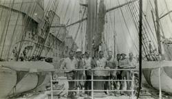 Mannskap ombord i Stålbark 'Skomvær'(b. 1892, Laxevaags Mask