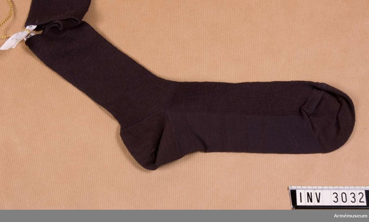 Strumpa t permission, Finland.Stl 10,5-11. Maskinvävd av strechnylon (elastisk fiber) i mörkgrått. Använd till permissionsuniform m/1965. Finsk gåva.