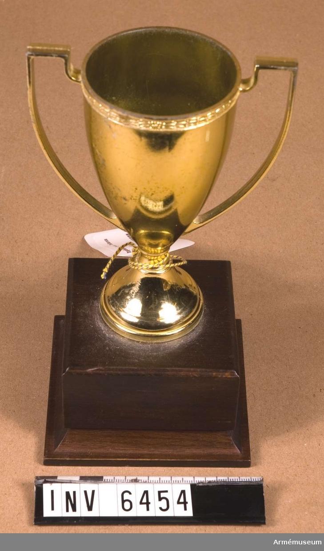 För FN-bataljon. Pokal av förgyllt silver.  Samhörande nr är AM.6445-6471