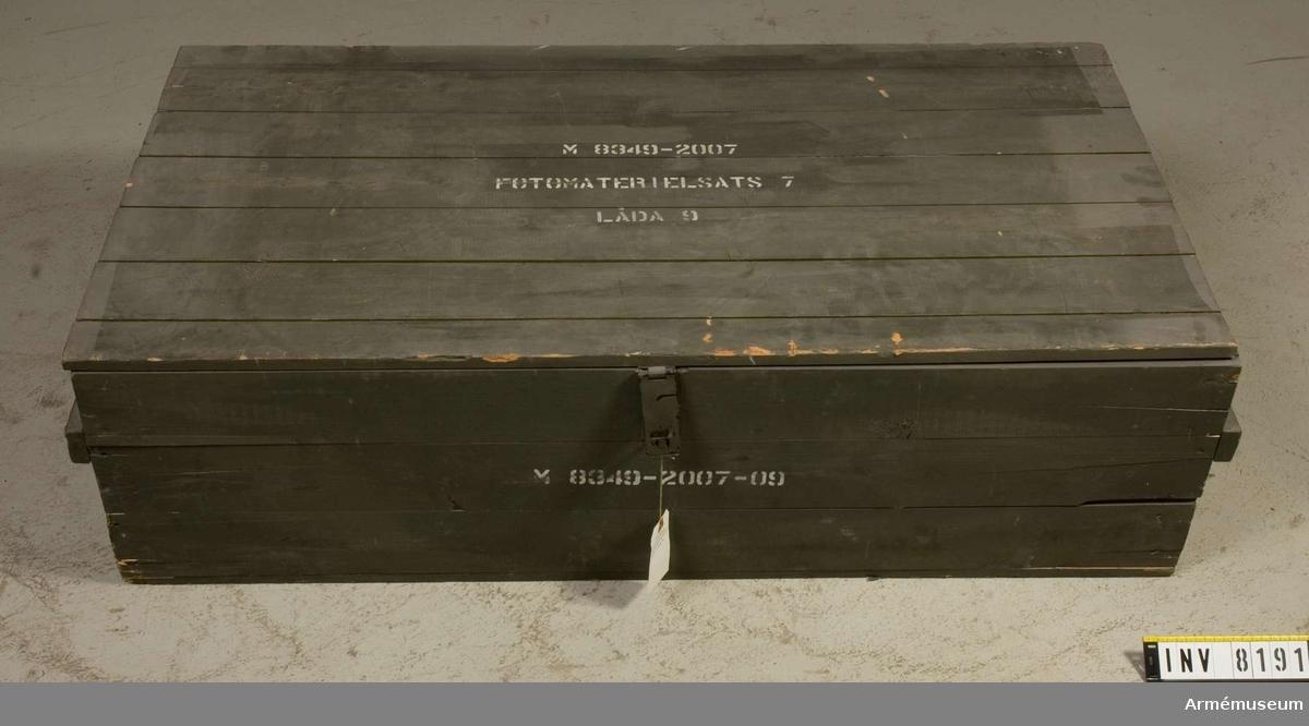Samhörande nr är AM 8151 - 8199. Färgen är militärgrön. Lådan är tom. Låda 9. Ur fotomaterielsats 7.