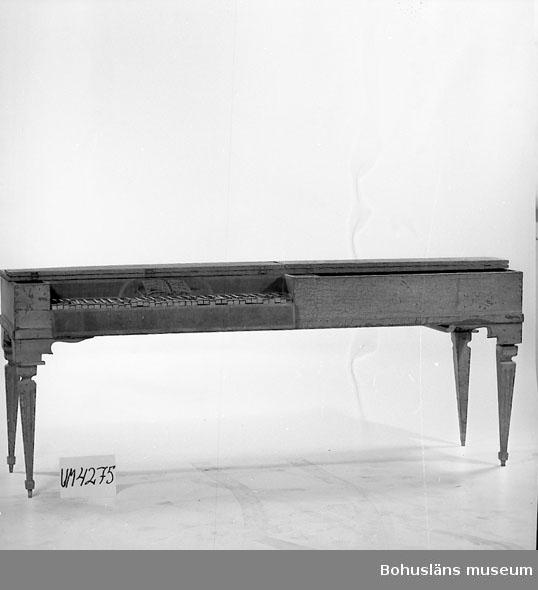 Ur handskrivna katalogen 1957-1958: Klavikord f. 1797 =  (X135) L. 202; Br. 60; H. c:a 80; tangenterna f. helnot svarta, f. halvnot vita; kring klaviaturen intarsia; utv. gråmålad. Strängar saknas. Locket b) är helt löst; har i framkanten 2 mindre lock, som kan fällas upp separat. De 4 benen är lösa, c-f; mått = L. 59,5; 59,5; 58,5; 58,5 cm. Målningen är illa medfaren.  Lappkatalog: 97  Litt.: Sohlmans musiklexikon, del 4, s. 384, 1977.  Olika uppgifter om förvärvsår; enligt katalogkort 1937; enligt Uddevalla museums verksamhetsberättelse 1938.