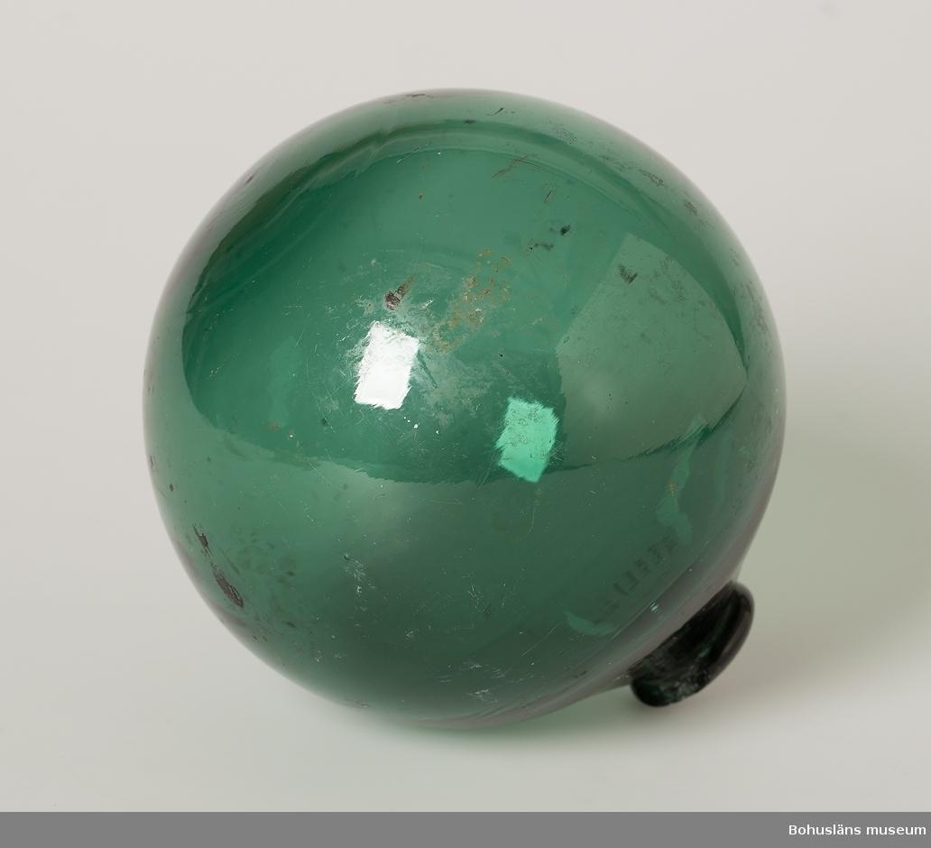 Grön-blå glaskula. Puntelmärke.