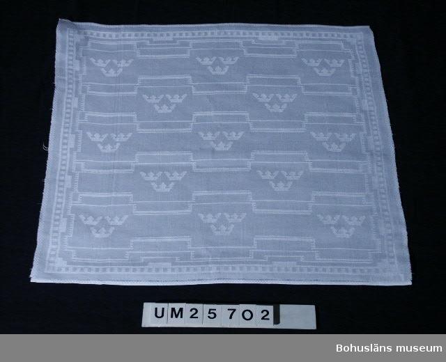 594 Landskap VÄSTERGÖTLAND  Sammanhör med duk UM25701. Samma mönster, tillkomst-,  tillverknings- och användningshistoria som den. Se kommentar till UM25701.  Handfållad på tre sidor och maskinfållad på den fjärde för renovering.
