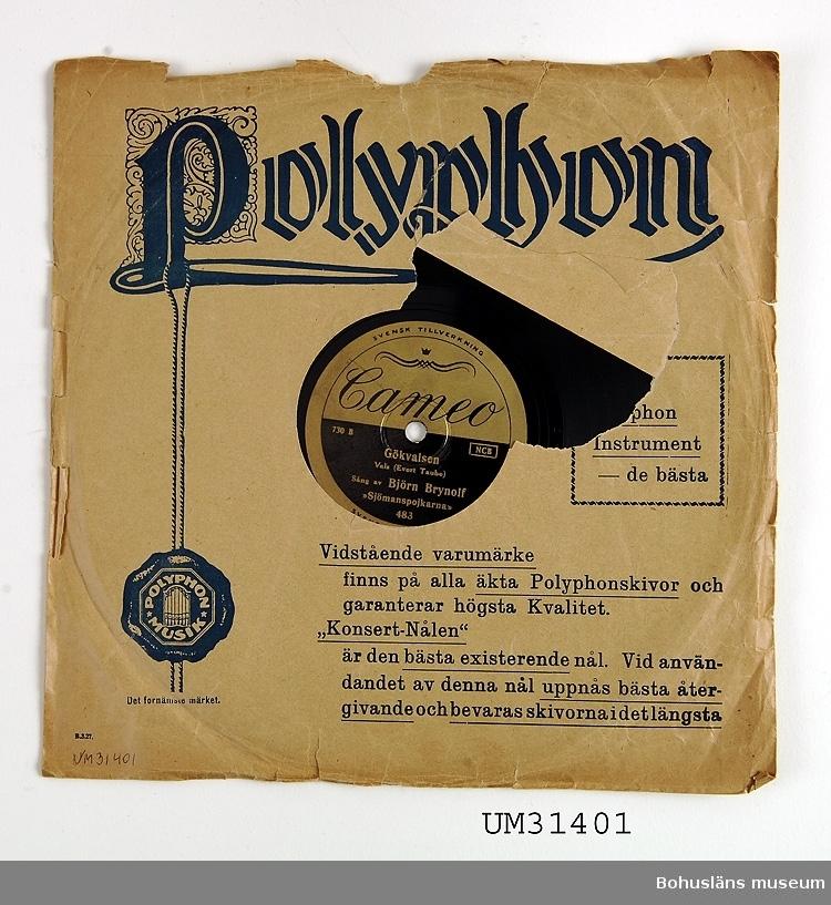 Grammofonskiva, stenkaka i papperfodral. Ena sidan: Fritiof och Carmencita. Sjömanstango Evert Tube. Sjömanspojkarna. Andra sidan: Gökvalsen. Vals Evert Taube. Sjömanspojkarna. Skivmärke: Cameo  Grammofonskivan som ingår i skivsamling som spelats i en sommarstuga i Sundsandvik, byggd 1939. Skivorna spelades på en svart resegrammofon, se motsvarande modell UM026268. För ytterligare upplysningar om förvärvet, se UM031385.