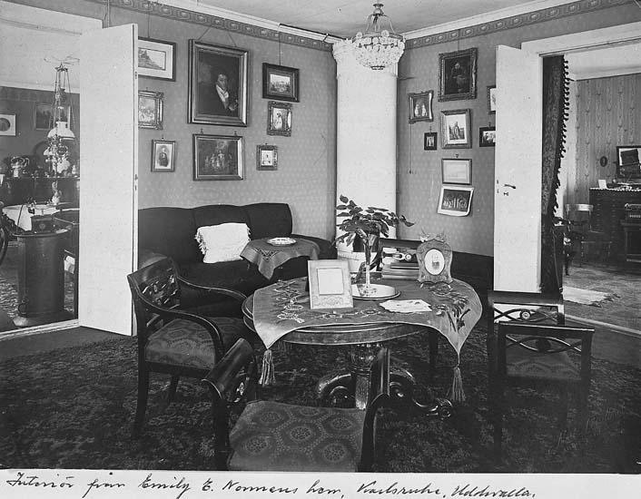 """Text som medföljer kortet: """"Interiör från Emily E. Nonnens hem, Karlsruhe Uddevalla""""."""