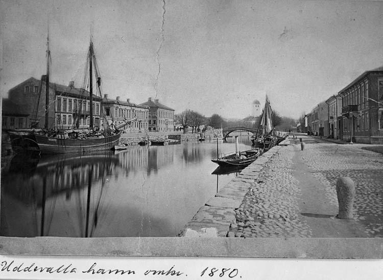 """Handskrivet med bläck på bildens baksida: """"Inre hamnen, Uddevalla, mot öster."""""""