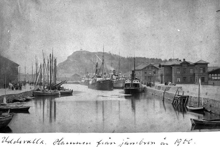 """Text på kortet: """"Uddevalla. Hamnen från järnbron år 1900"""".    ::"""