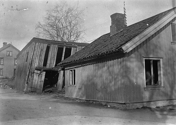 """Enligt notering: """"Uddevalla. Åkare Janssons hus vid Reparegatan. Rivet vid framdragandet av Fjällvägen""""."""
