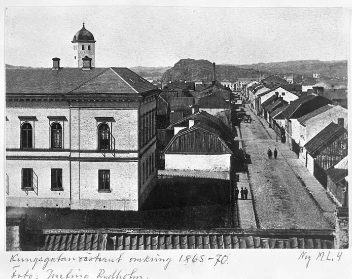 """Text på kortet: """"Kungsgatan västerut omkring 1865-70. Foto. Josefina Rydholm""""."""
