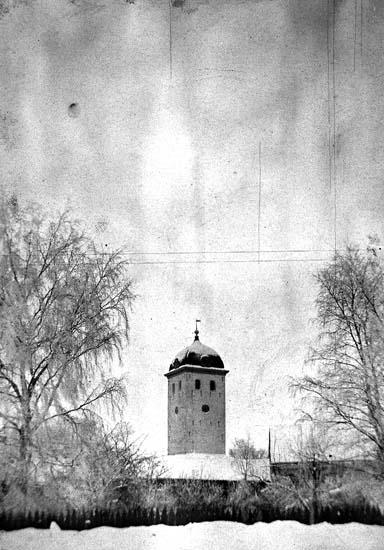 """Enligt text på fotot: """"Klocktornet från Margretegärde södra sida. Staketet hör till norra sidan om Thernströms trädgård""""."""