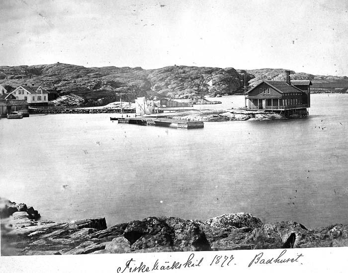"""Text på kortet: """"Fiskebäckskil 1877. Badhuset""""."""