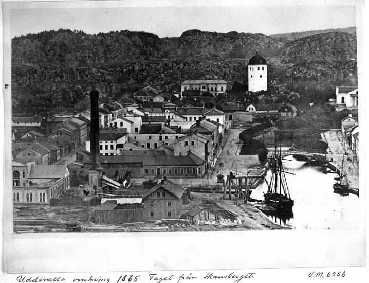 """Text på kortet: """"Uddevalla omkring 1865. Taget från Skansberget""""."""