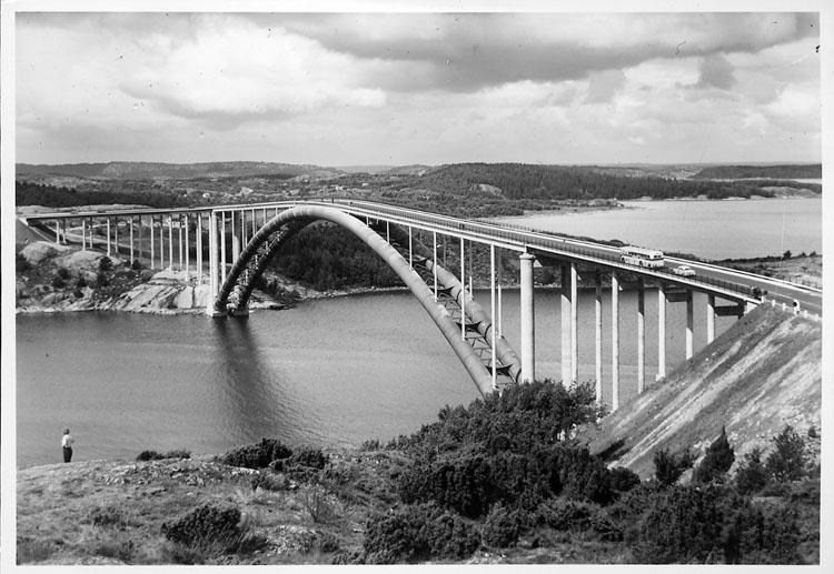 """Enligt AB Flygtrafik Bengtsfors: """"Tjörnbroarna stora bron fr öster Bohuslän""""."""