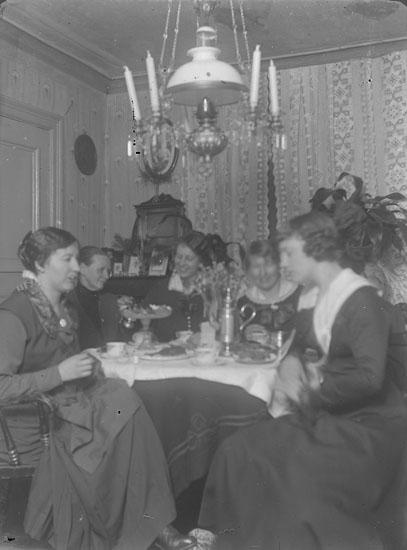 """Enl. text i blå bok: """"Interiör, damer runt kaffebord."""" ::"""